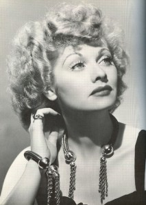 "Colier aur ciucure purtat de Lucille Ball în ""Look Who's Laughing"""
