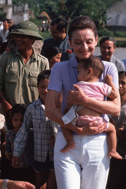 Audrey Hepburn alături de un copil.
